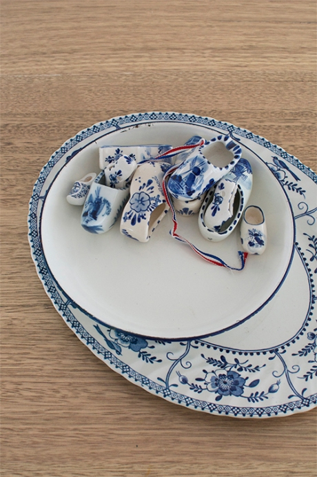 Delft ceramic clogs blue white plate 2