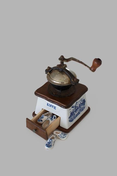 Delft koffie coffee grinder mini clogs beans